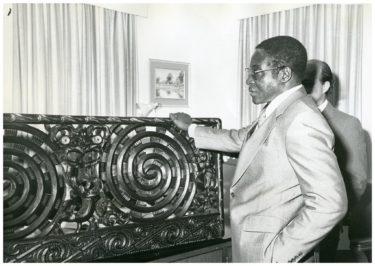 """英雄から""""悪""""の独裁者へ ジンバブエ、ムガベ前大統領の死去"""
